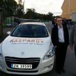 Kurt Magnus og Pål Røyset fra Tromsø poserer lekkert ved siden av bilen til Kasparov.